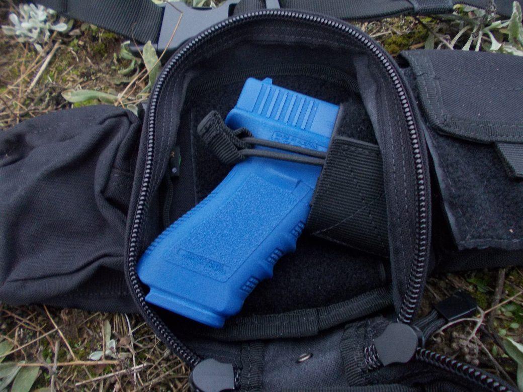 Pomysłowa konstrukcja pozwala zmieścić w środku nawet większy pistolet wraz z magazynkami oraz podstawowe wyposażenie strzelca lub funkcjonariusza.